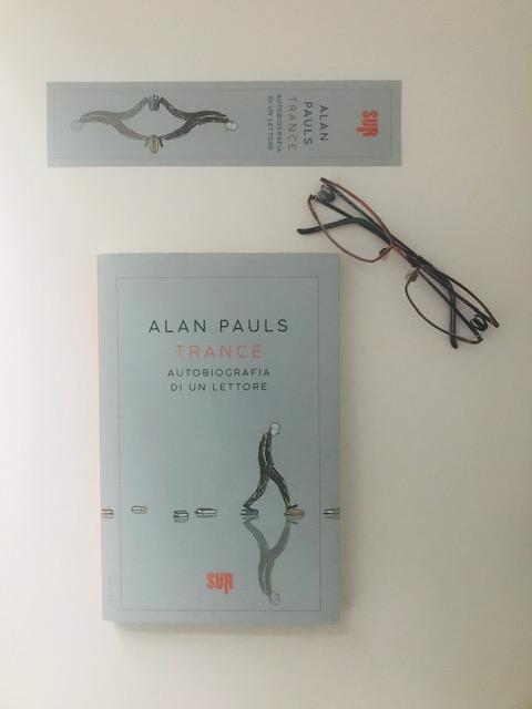 Copertina di trance con segnalibro e occhiali