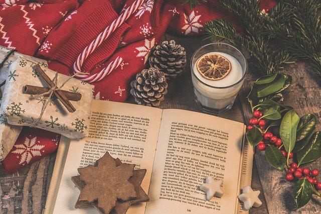 Scenografia natalizia con libro: cosa regalare a Natale